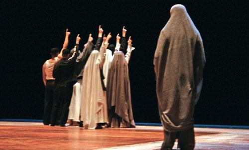 مشهد من «خمسون» مسرحية الفاضل الجعايبي (ماريان كاتزاريس)