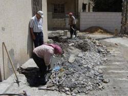 مواطنون يصلحون مواسير المياه