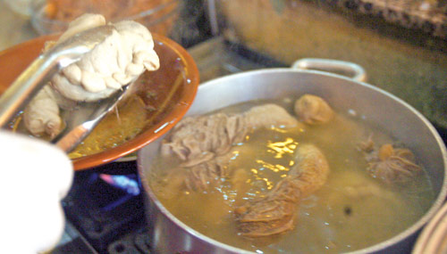 قد يبدو مفاجئاً معرفة أن طبخ «الفوارغ والغمة» ليس حكراً على المطبخ الشرقي في بلدان الصقيع الأوروبية مثل أوكرانيا، تُعَدّ الفوارغ طبخة تقليدية أيضاً (مروان بو حيدر)