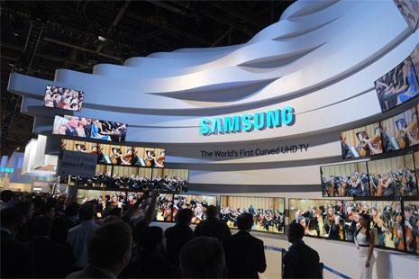 عرضت شركة سامنوسغ نموذجاً للتلفزيونات المستقبلية التي يمكن ثنيها (جو كلامار - أ ف ب)