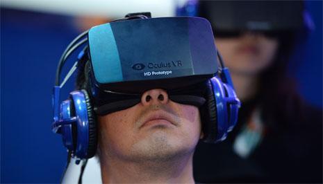 زائر للمعرض يختبر منتجات شركة Oculus (روبين بيك - أ ف ب)