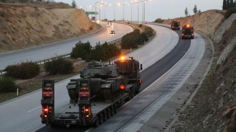 أرسلت السلطات التركية أمس 15 دبابة إضافية إلى المناطق القريبة من الاشتباكات عند الحدود السورية (الأناضول)
