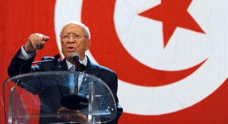 السلطة في الجزائر تنوي دعم تونس جيداً في حال فوز الباجي قائد السبسي (الأناضول)