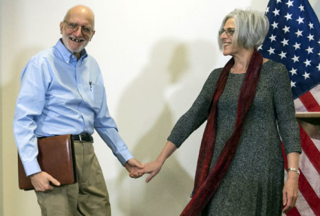 ألان غروس مع زوجته بعد الإفراج عنه (أ ف ب)