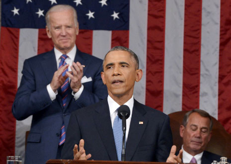 أوباما يتوسط نائبه جو بايدن ورئيس مجلس النواب جون بوينر أثناء إلقائه خطابه (أ ف ب)