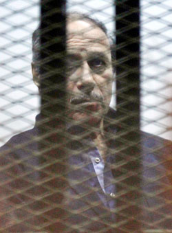 العادلي خلف قضبان المحاكمة أمس (أ ف ب)
