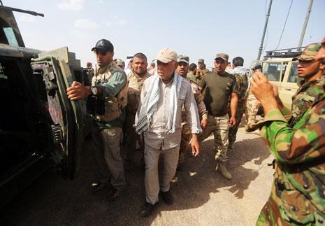 أمين عام منظمة «بدر» هادي العامري متفقداً استعدادات قواته لمعركة الرمادي (أ ف ب)