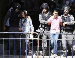 جنود إسرائيليون يعتقلون فتى فلسطينياً فيما يرافق أحدهم مستوطناً إسرائيلياً