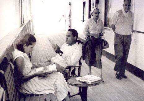 هيكل وحرمه علي الباخرة المحروسة في طريق العودة من بلغراد عام ١٩٥٥