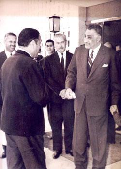 عبدالناصر وهيكل وبينهما نائب الرئيس حسين الشافعي