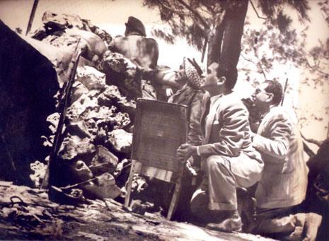 في حرب فلسطين وخلفه المصور الصحافي محمد يوسف