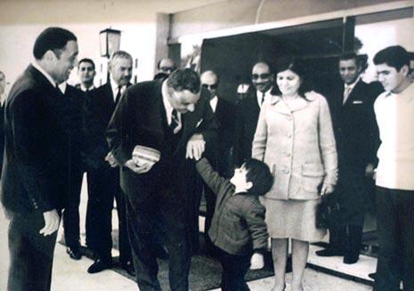 عبدالناصر يداعب نجل هيكل الأصغر وفي الصورة السيدة تحية عبدالناصر وأنور السادات وحسين الشافعي