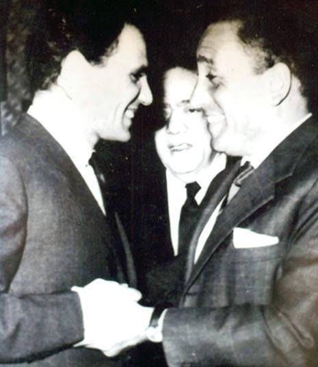 مع عبدالحليم حافظ وبينهما كامل الشناوي