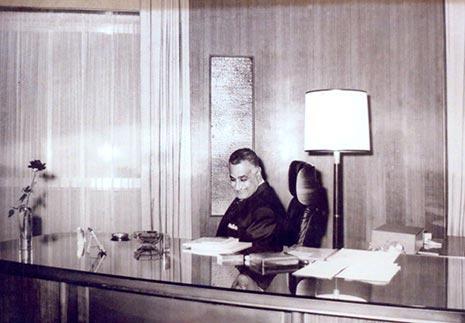 """جمال عبدالناصر على مكتب هيكل في """"الأهرام"""""""