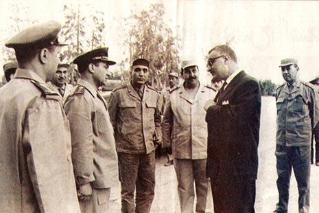 صورة نادرة ضمّت الرئيس والقادة الكبار: فوزي، رياض، صادق والعقيد حسني مبارك في الكلية الجوية
