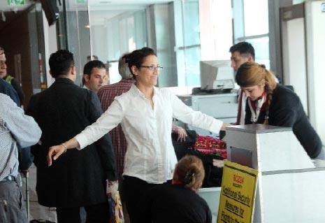 بدأت شركة «بريتيش إيرويز» في اسطنبول أمس، العمل بقرار الحظر البريطاني (الأناضول)