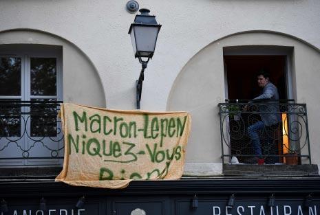 فرنسي وضع على شرفته لافتة مناهضة للفائزين  (أ ف ب)