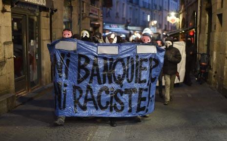 شباب فرنسيون يعلنون رفضهم للمصرفيين وللعنصريين (أ ف ب)