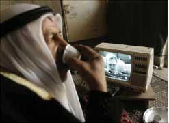 القهوة والتلفزيون صديقا الفلسطيني أيام الحرب (رويترز).
