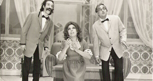 فريال كريم تتوسط ماجد أفيوني وشوشو في مسرحية «واو سين»