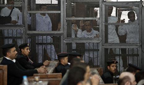 أصدرت محكمة مصرية أمس أحكاماً بالسجن على 40 من أنصار الرئيس المعزول محمد مرسي لمدد تصل إلى 15 سنة لإدانتهم بإحراق كنائس ومنشآت للشرطة في محافظة أسيوط جنوبي البلاد في أحداث عنف في عام 2013 (أ ف ب)