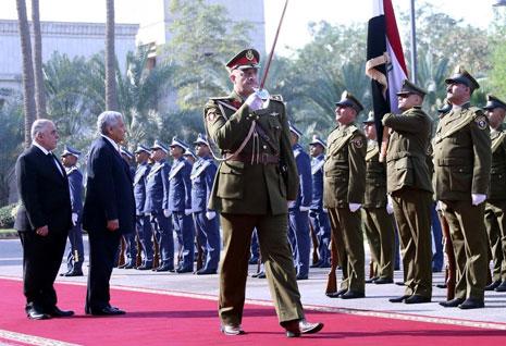 العبادي مستقبلاً النسور في بغداد أمس (الأناضول)