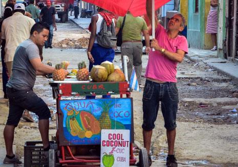 بائع متجول في أحد شوارع هافانا أمس (أ ف ب)