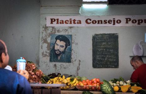 كوبي يراقب الأسعار في أحد محلات هافانا أمس (أ ف ب)