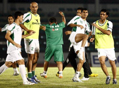 لاعبو المنتخب العراقي أثناء التمارين على ملعب راجمانغالا أمس (نارونغ سانغناك ـ إي بي أي)