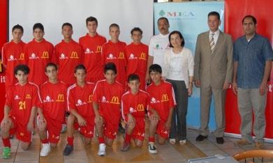 بعض اللاعبين الذين يشاركون في المسابقة مع المدرب محجوب