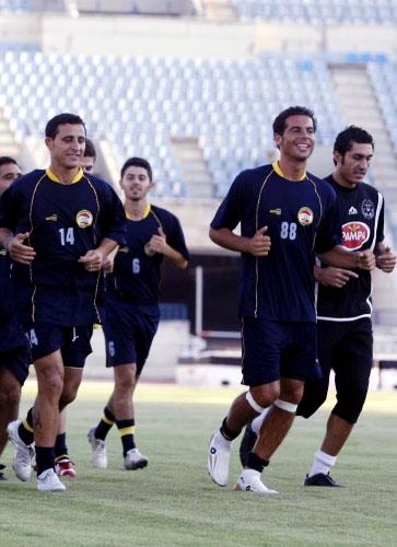 لاعب العهد الجديد محمد حلاوي (88) مع الحارس محمد حمود وعلي العطار خلال التمرين أمس (محمد علي)