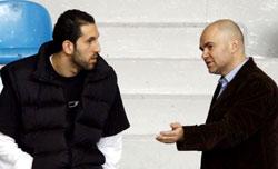 أبو شقرا والخطيب في حديث جانبي خلال التمرين الأول والوحيد له مع منتخب لبنان (أرشيف ــ محمد علي)