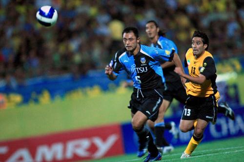 سباق على الكرة بين لاعب أصفهان كريمي ولاعب كاواساكي ميوا (ميلاد بايامي ـ أ ف ب)