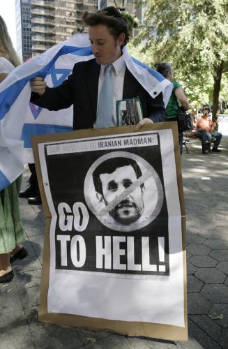 متظاهر ضدّ نجاد يحمل علماً إسرائيليّاً في نيويورك في 24 أيلول الماضي (نيكولاس روبرتس ـــ أ ف ب)