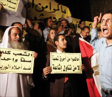 مصريّون يتظاهرون أمام نقابة الصحافة المصريّة في القاهرة دفاعاً عن حرية الرأي في 20 تشرين الأوّل (ناصر نوري - رويترز)