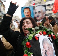 فلسطينيّة أثناء تشييع رمزيّ لحبش في نابلس (عبد عمر - رويترز)