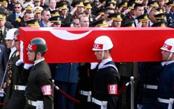 إلقاء التحية على نعش جندي تركي قُتل في الاشتباكات مع مقاتلي «العمّال الكردستاني» (أوميت بكتاش ــ رويترز)