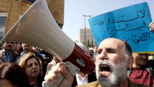 محمد قاسم يردد مطالب الاساتذة وموظفو القطاع العام (هيثم الموسوي)