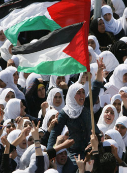 أصبحت موظفات قناة «فلسطين اليوم»، التي تبصر النور عما قريب، متشحات بالسواد (أرشيف ــ أ ف ب)