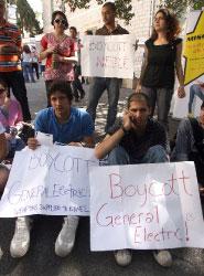 اتهم الطلاب في الجامعة الأميركية بعض الشركات بدعم إسرائيل عسكرياً (هيثم الموسوي)