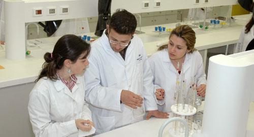 متخرّجو الكيمياء الحياتية لا يقلّون كفاءةً عن خريجي الصيدلة؟ (أرشيف)