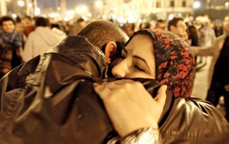 عناق الحريّة أمام القصر الرئاسي (محمّد عبد ــ أ ف ب)