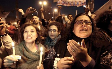 إضاءة الشموع في ميدان التحرير من أجل مستقبل مصر (ديلان مارتينيز ــ رويترز)