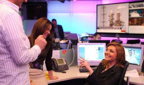 زينة يازجي (يمين) في مكاتب العربية