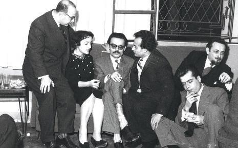 في إحدى جلسات مجلة «شعر»  من اليمين: محمد الماغوط (جالساً)، يوسف الخال، أدونيس، أنسي الحاج، ادفيك شيبوب، وجميل جبر