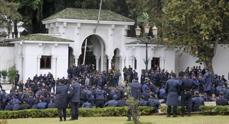 نقل عناصر الشرطة احتجاجاتهم إلى أمام القصر الرئاسي في العاصمة (الأناضول)