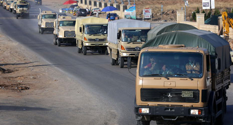آليات عسكرية تابعة لـ«البيشمركة» تغادر أربيل أمس (أ ف ب)