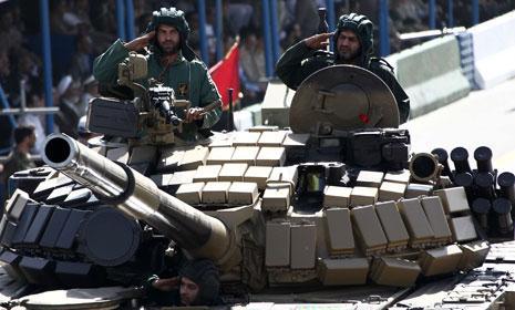 رغم معاناة إيران من حظر عسكري منذ انتصار الثورة نجحت في تطوير صناعات عسكرية مستقلة (أرشيف)