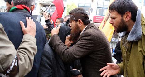 الأسير خضر عدنان يقبل، في وقت سابق، رأس أم الأسير سامر العيساوي (الأخبار)