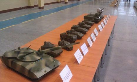 """الصورة الوحيدة الرسمية لعائلة المدرعات الروسية الجديدة، وهي مجسّمات تمّ عرضها في روسيا. وتبدو دبابة الـ""""آرماتا"""" الأولى من اليسار"""